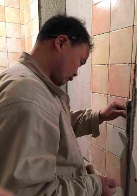 北京厨房装修瓦工贴砖